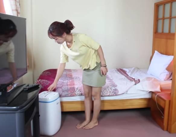 Sử dụng máy hút ẩm để duy trì sự khô thoáng cho căn nhà khi trời nồm ẩm